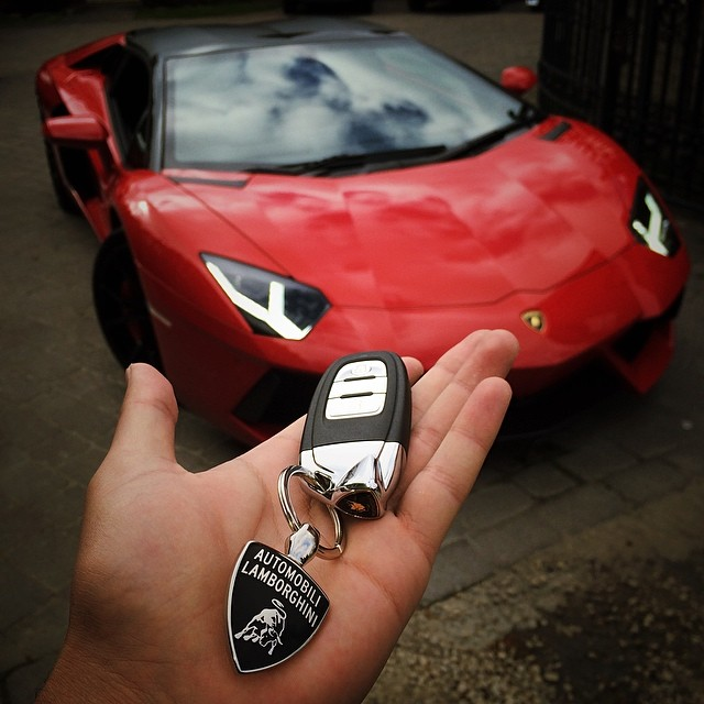 lamborghini-aventador-red-key